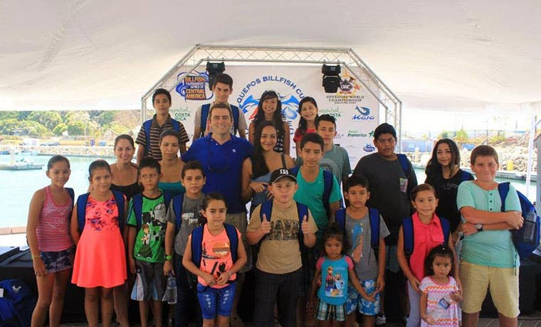 Estudiantes de Quepos reciben becas por excelencia académica