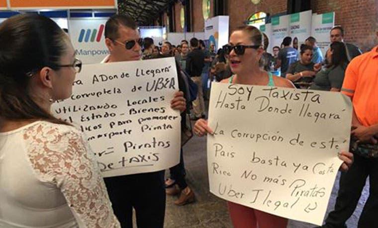Taxistas protestan en Expoempleo por participación de Uber en feria