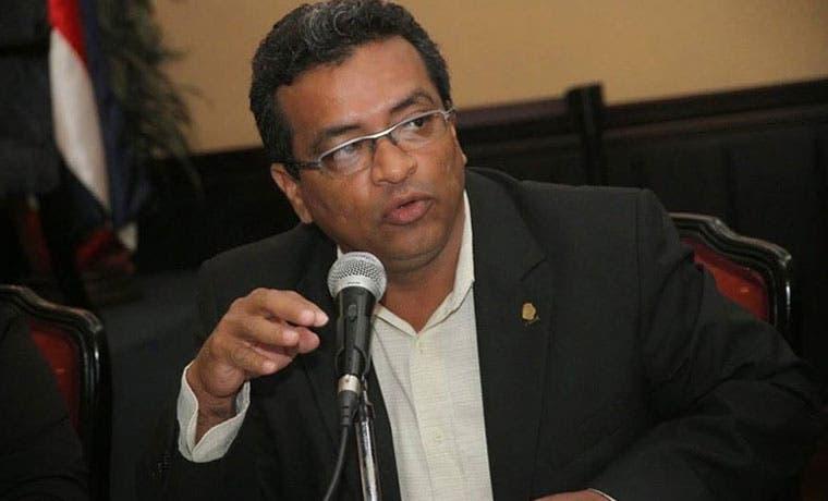 Diputado Carlos Hernández no dejará su curul