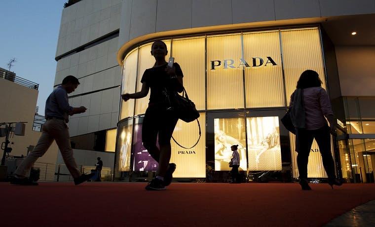 Bajan acciones de Prada al caer ganancia a menor nivel en cinco años