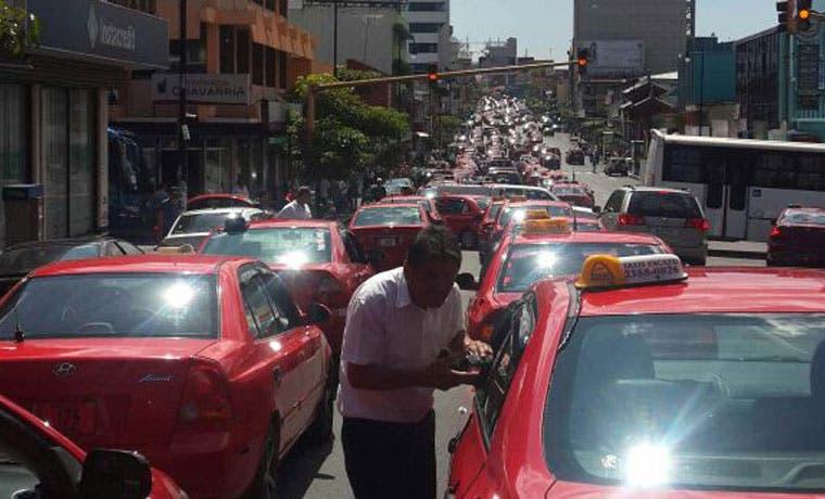 Taxistas protestan frente Asamblea Legislativa y preparan futuras manifestaciones