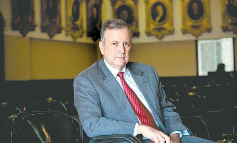 Oposición sale a cazar votos para recortar altos salarios públicos