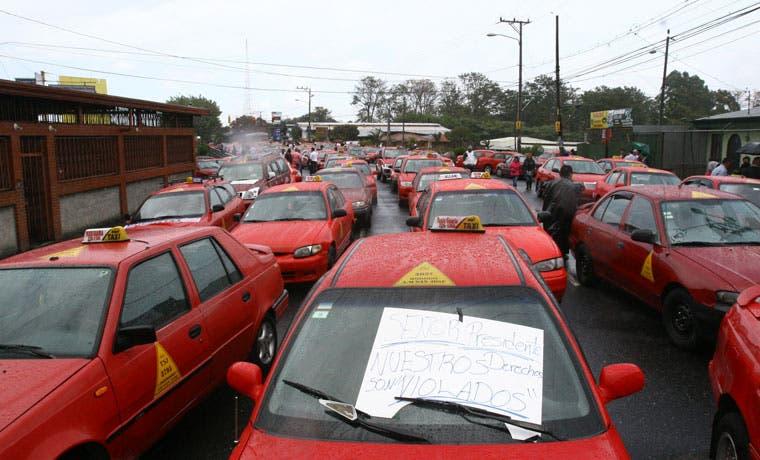 Taxistas y autobuseros se manifestarán contra servicio de transporte informal