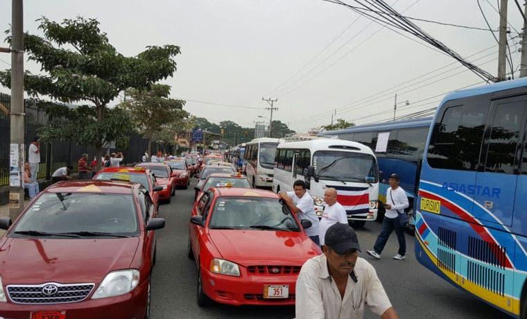 100 taxistas y 50 autobuseros marchan contra transporte irregular