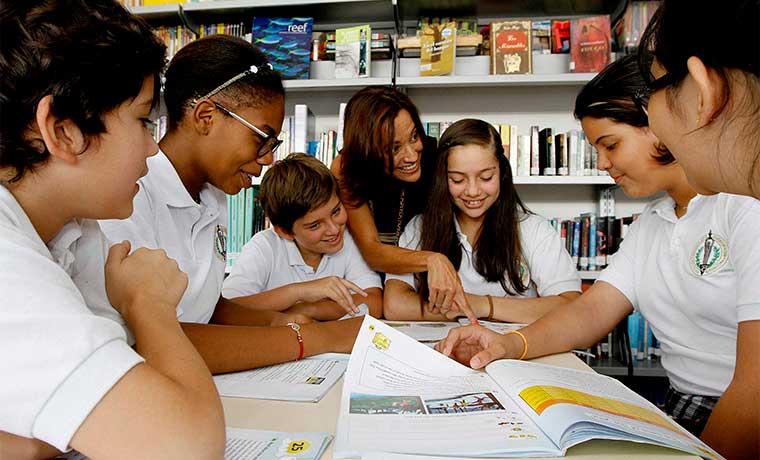 Colegios públicos gradúan usuarios básicos en inglés