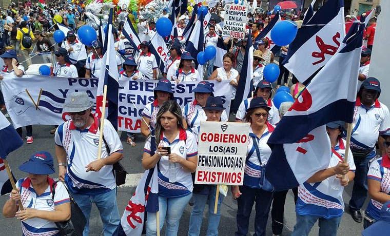 "Presidente pide ""consensuar"" ley de salarios públicos con sindicatos"
