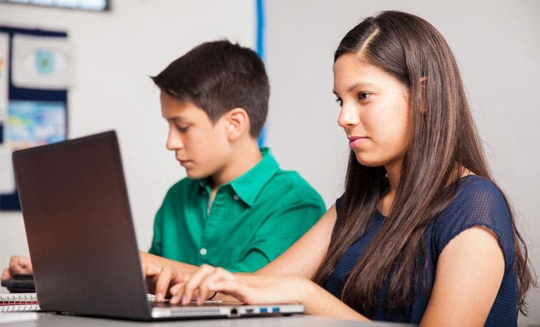 Jóvenes de zonas vulnerables aprenden a programar en 3D