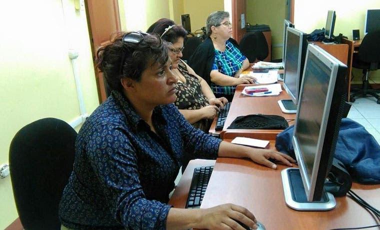 Cafés tecnológicos para mujeres se alían con instituciones educativas