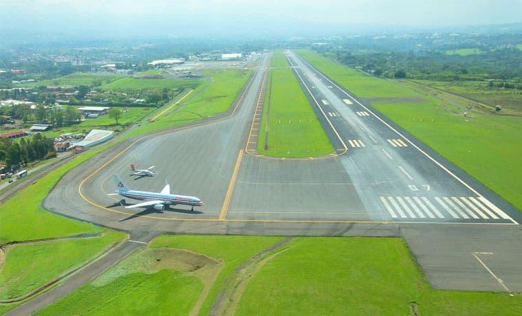 Cinco vuelos hacia Juan Santamaría cambiaron operaciones tras erupciones del Volcán Turrialba