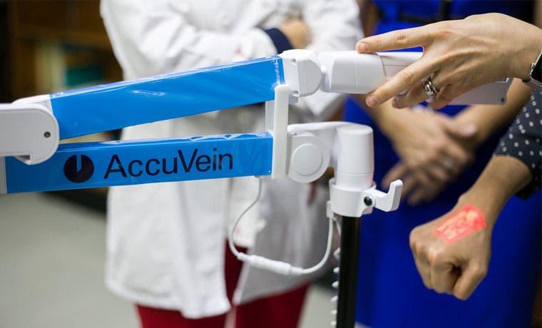 Walmart dona equipo para detectar venas a Hospital de Niños