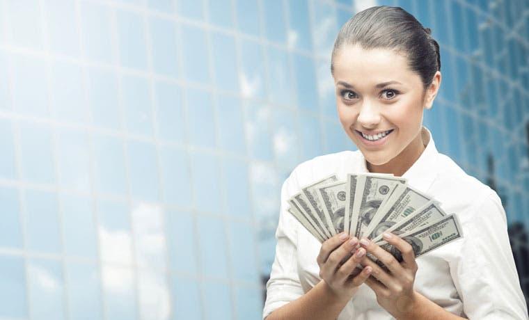 Tasas de interés en colones bajan, pero dólares sigue siendo preferido para endeudarse