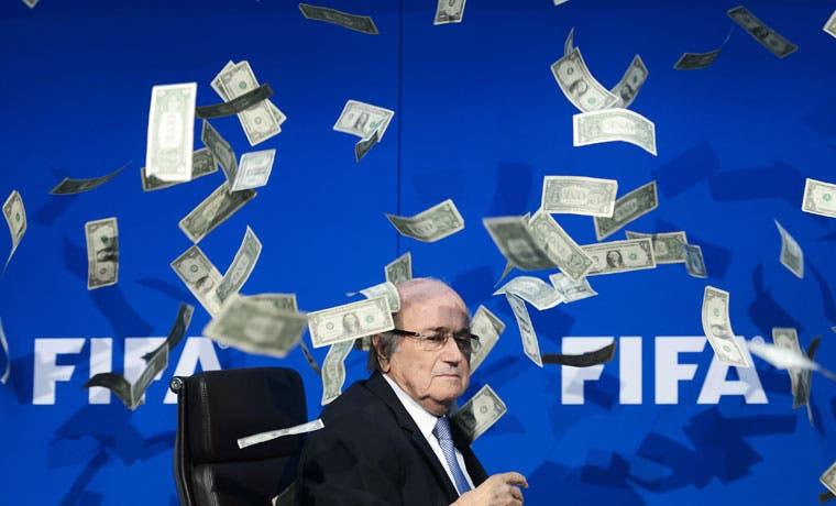 FIFA denuncia que Blatter y otros dos funcionarios se repartieron $80 millones