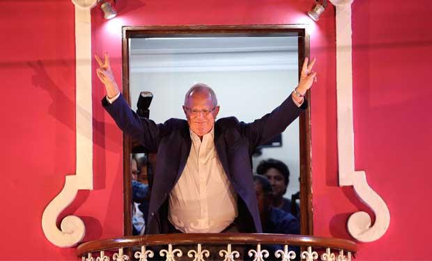 Kuczynski lidera votaciones estrechas de Perú
