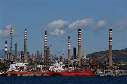 AIE prevé menos excedente de petróleo y equilibrio para 2017