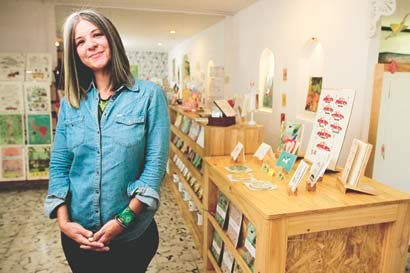 Emprendedora crea souvenirs únicos para turistas