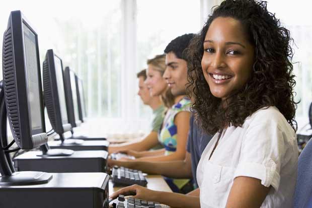Programa becó 50 jóvenes para ejercer cambio con educación