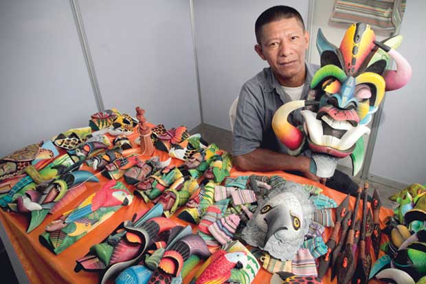 Emprendedor indígena crea máscaras como imán para turistas