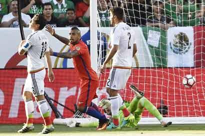 Fútbol mexicano llora masacre al Tri y dirigencia ratifica a Osorio