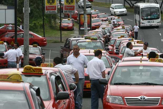 """Taxistas """"marcharán"""" mañana y anuncian movimiento mayor"""