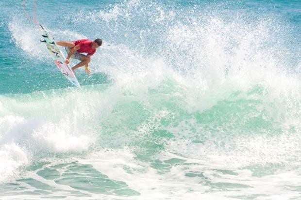 El surfista que domina la olas ticas