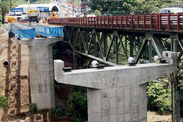 Colocan primeras vigas de nuevo puente sobre Río Virilla