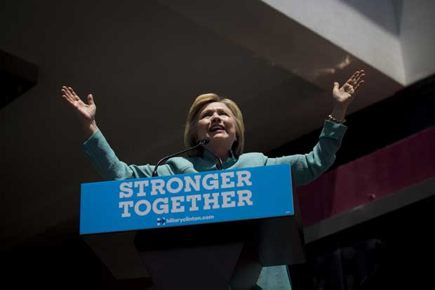 Clinton es favorita entre universitarios, según encuesta de Bloomberg