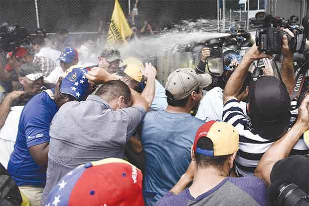 Ante el caos, Venezuela entrega alimentos a más pobres