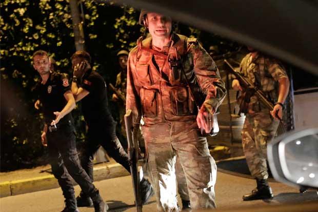 Ejército turco asegura tener el poder mientras que el  primer ministro se resiste
