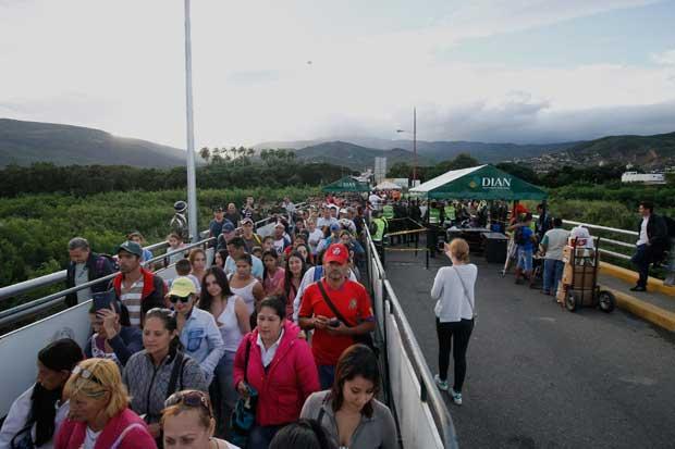 Venezolanos agradecidos ante góndolas llenas y cortesía de Colombia