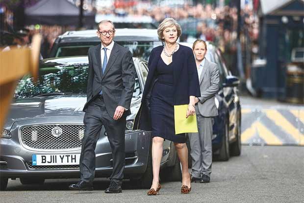 "UE consideraría ""opción nuclear"" para que Theresa May se ocupe de Brexit"