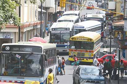 """Gobierno tiene """"millones"""" de razones para no ordenar buses"""