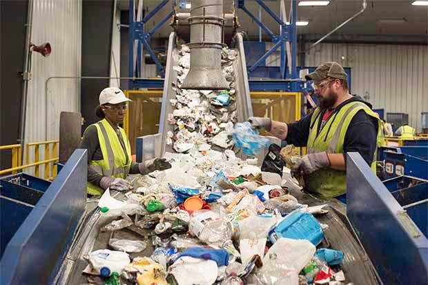 El plástico contamina, pero reemplazarlo no es mejor solución
