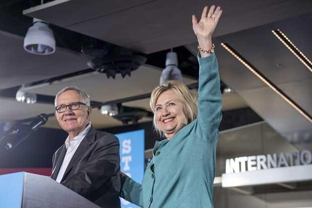 Clinton busca modo legal de enviar a votantes mensajes de texto