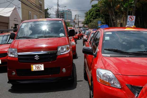 Oposición aplaude mano dura del Gobierno contra taxistas