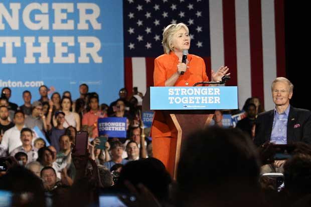 Clinton supera a Trump en seis puntos, según encuesta de Bloomberg