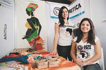 Jóvenes elaboran prendas para donar fondos a familias en África