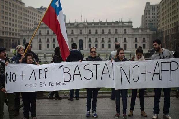 Chilenos protestan por ajustes en sistema de pensiones privados