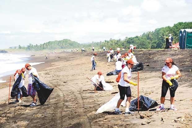 Campaña recolectó 10 kilos de basura en Playa Conchal