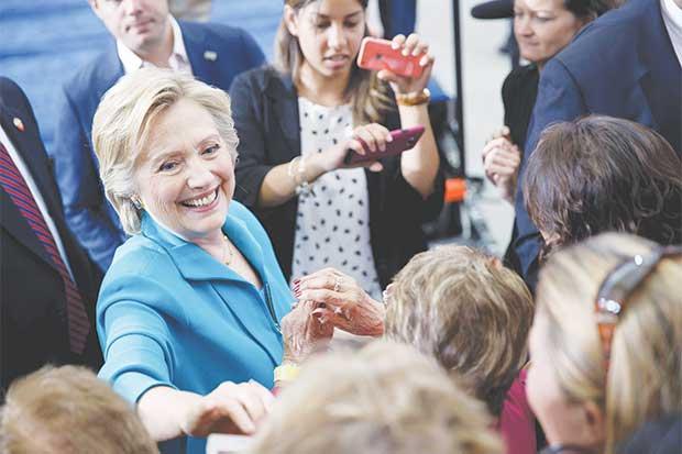Clinton busca alejar a Trump de republicanos: algunos se oponen