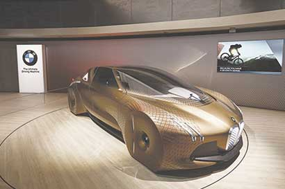 BMW lanza cupé para recobrar terreno en batalla de autos de lujo