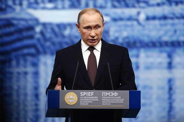 """Putin critica a Trump y Clinton por sus tácticas de """"shock"""""""