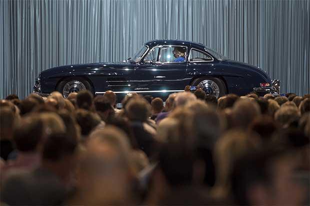 Mercedes convertirá carros en buscadores de estacionamiento