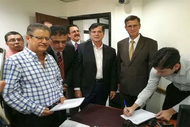 Grupo pedirá referéndum para crear nueva constitución