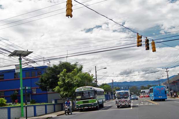 Semáforos en San José funcionan con energía solar