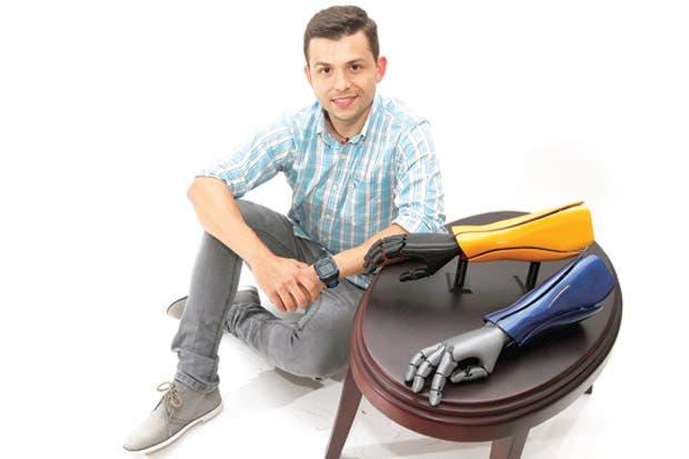Emprendedor confecciona prótesis biónicas impresas en 3D