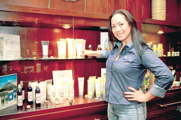 Emprendedora crea productos estéticos naturales para hoteles