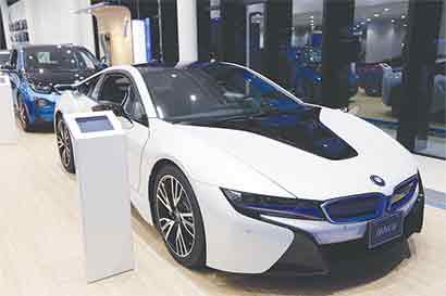 BMW pretende popularizar autos eléctricos en carrera con Tesla
