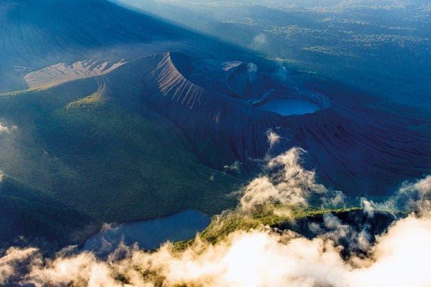 Libro presenta la majestuosidad de los volcanes nacionales