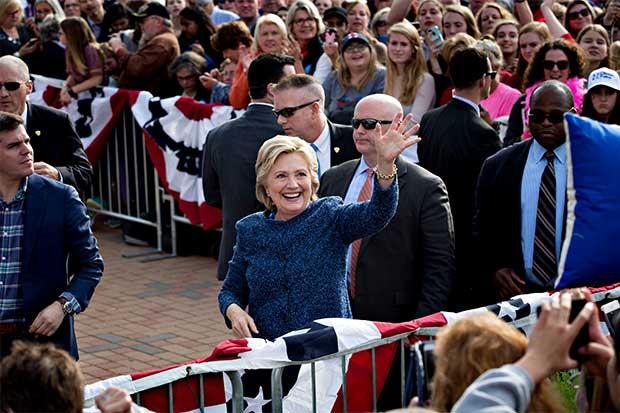 Encuestas muestran que el apoyo de Clinton se ha deslizado luego de la carta del FBI