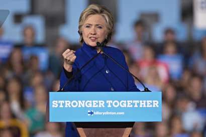 Clinton contraataca repunte de Trump, pero incertidumbre persiste